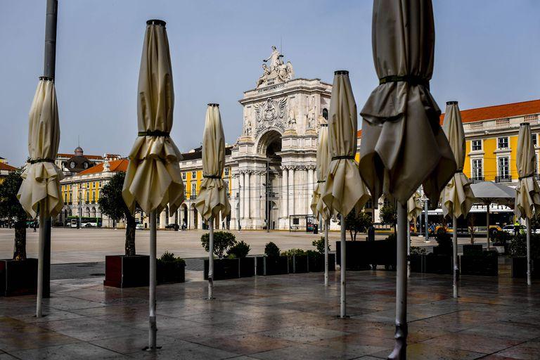 La plaza de Comercio, en Lisboa, con casi todos sus establecimientos cerrados.