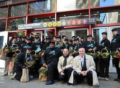 Miguel Ángel Villanueva posa el día 30 de octubre con los informadores turísticos encargados de a dar a conocer a los neoyorquinos la oferta cultural madrileña de cara a Navidad.