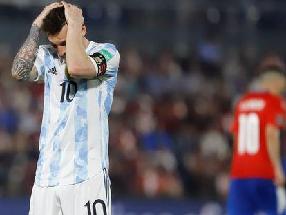 Messi se lamenta tras un fallo, en el partido contra Paraguay, de este jueves, en Asunción.