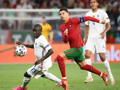 Cristiano y Kanté disputan el balón.