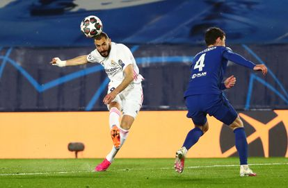 Benzema lanza ante Christensen en el Real Madrid-Chelsea de la ida de las semifinales de la Champions.