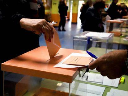 Un hombre deposita su voto para las elecciones generales de noviembre de 2019.