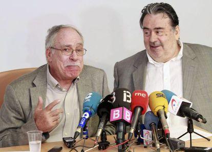 Camilo José Cela Conde (izda.) y su abogado Miquel Capellà, en la rueda de prensa.