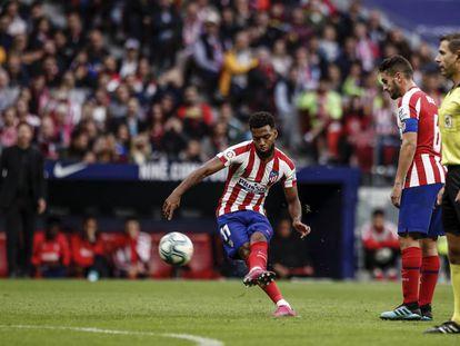 Lemar chuta a puerta ante la presencia de Koke durante el último Atlético-Valencia.