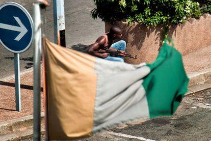 Un miliciano pro-Gbagbo se atrinchera en una calle de Abiyán.