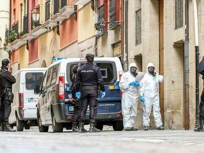 Dispositivo de la Policía Nacional este lunes en Logroño para la notificación a posibles personas afectadas por el coronavirus en la provincia.