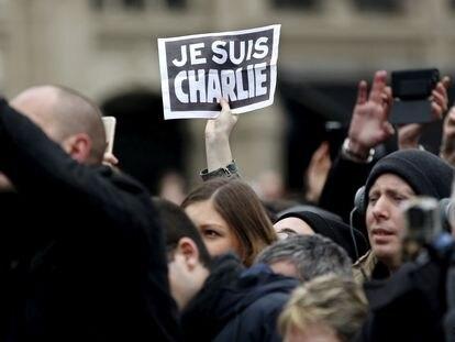 """Una persona alza el lema """"Yo soy Charlie"""", durante una ceremonia en recuerdo de las víctimas de los atentados de enero de 2015."""