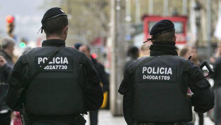 Dos mossos d'esquadra a Barcelona.