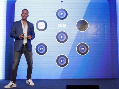 El director de producto de HMD, Juho Sarvikas, muestra un Nokia 9 Pureview.