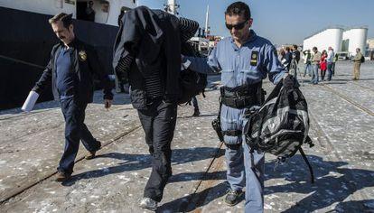 Uno de los marinos sirios detenidos en el barco 'Mayak'.