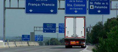 Un camión transita por la autopista catalana AP-7.