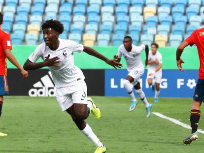 El francés Pembele celebra su gol entre Carrillo y Javi López