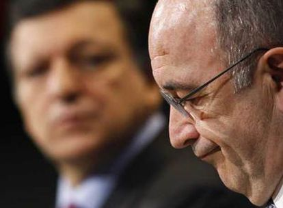 Durão Barroso, en segundo término, escucha a Joaquín Almunia, durante la rueda de prensa en Bruselas.