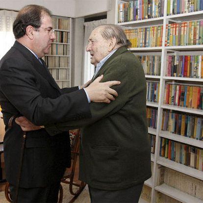 Miguel Delibes, de 89 años, recibe en su domicilio de Valladolid la Medalla de Oro de Castilla y León, impuesta por su presidente Juan Vicente Herrera