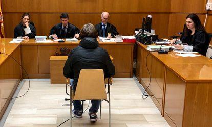 Francisco Gómez, aquí frente al tribunal que lo juzgó, cumple condena en el Centro Penitenciario de Nanclares de Oca y suma varias sentencias que le obligan a estar allí hasta 2030.