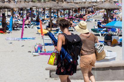 Turistas en la playa de Peguera, en el municipio mallorquín de Calvià, en julio del año pasado.