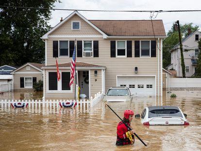 Un voluntario atiende una inundación repentina en Helmetta, Nueva Jersey, mientras la tormenta tropical 'Henri' tocaba tierra en Rhode Island, el domingo 22 de agosto.