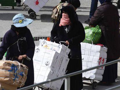 Porteadoras en la frontera entre Ceuta y Marruecos el pasado mes de abril.