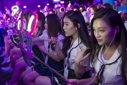 Decenas de 'wang hong' retransmiten en directo la presentación de un móvil desde las primeras filas del evento, reservadas a tal efecto.