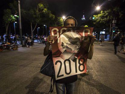 Simpatizantes de Andres Manuel López Obrador festejan su triunfo.
