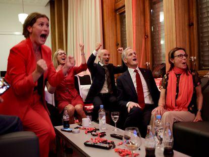 El líder laborista noruego, Jonas Gahr Store (segundo por la derecha), celebra los resultados el pasado 13 de septiembre.