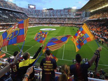 Aficionados en el Mestalla antes del comienzo de la final de Copa.