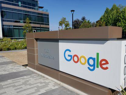 Un cartel de Google, a la entrada de las oficinas de la tecnológica en Mountain View (California, EE UU).