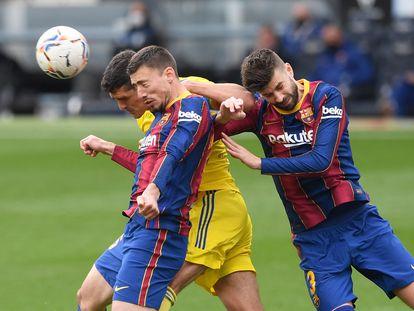 Lenglet y Piqué tratan de evitar que Sobrino remate el balón.