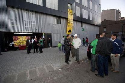 La PAH ocupa un bloque de pisos nuevos en Sabadell.
