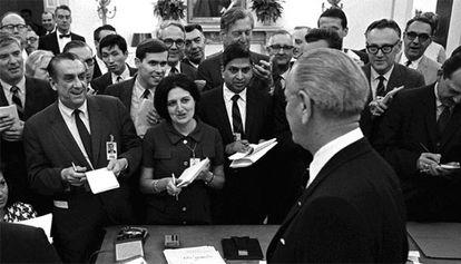 Helen Thomas toma notas durante una rueda de prensa en la Casa Blanca.