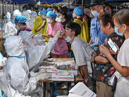 Personal sanitario realiza pruebas masivas de covid en Cantón (China), el domingo.