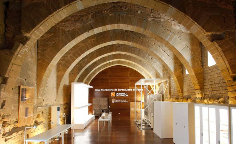 El antiguo dormitorio del monasterio de Sijena (Huesca), poco antes de la apertura al público para exhibir las obras retronadas desde Cataluña, la venta de las cuales acaba de anular el Supremo.