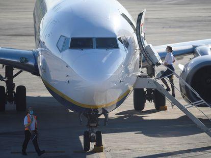 Un avión en el aeropuerto Seve Ballesteros de Santander.