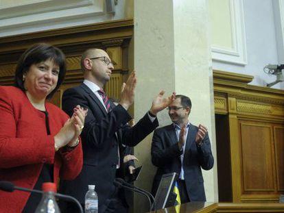 La ministra de Finanzas ucrania, Natalia Yaresko, y el primer ministro, Arseny Yatsenyk, en el Parlamento tras aprobarse el presupuesto, este viernes.