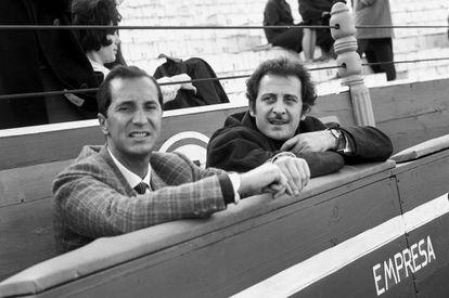 Domenico Modugno (a la derecha) con el torero Luis Miguel Dominguín (padre de Miguel Bosé) durante una corrida de toros en Madrid en 1966.