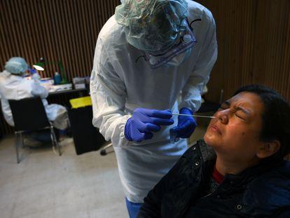 Un sanitario realiza una prueba de antígenos para detectar coronavirus en el hospital Santa Creu i Sant Pau de Barcelona, el lunes.