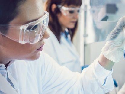 Investigadoras de un laboratorio farmacológico.