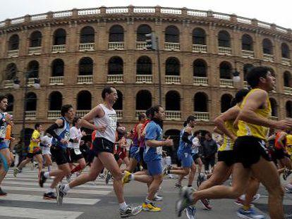 Corredores de una edición pasada del maratón de Valencia a su paso por la plaza de Toros.