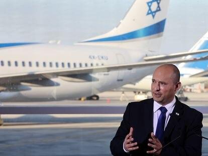 El primer ministro israelí, Naftali Bennett, este martes en el aeropuerto de Tel Aviv.
