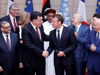 El presidente del Consejo Presidencial de Libia, Fayez Sarraj, estrecha la mano al presidente francés, Emmanuel Macron