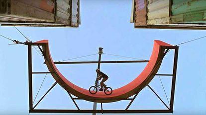 BMX en el puerto a 12 metros de altura