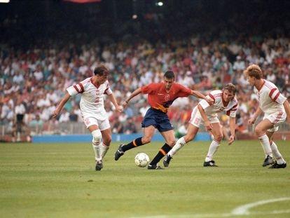 El delantero de la selección española, Luis Enrique, intenta rematar rodeado de jugadores polacos, durante la final de los Juegos Olímpicos de Barcelona 92 disputada contra Polonia.