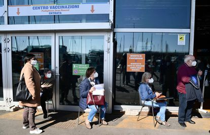 Un grupo de personas espera la vacuna de la covid-19 en el centro de vacunación del pabellón Jean Nouvel, en la feria de Génova, este lunes 29 de marzo.
