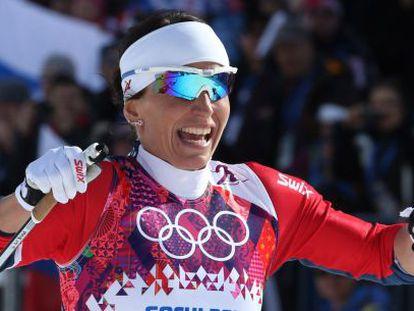 Marit Bjoergen celebra la victoria en los 30km de esquí de fondo.