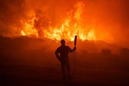 Un bombero lucha contra el fuego entre Navalacruz y Riofrío, cerca de Ávila.