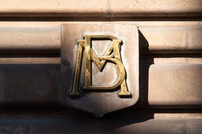 Insignia del Banco de México en uno de sus edificios en la Ciudad de México.