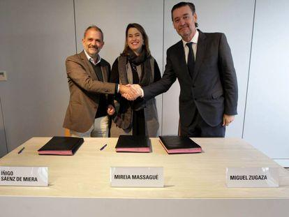 El director de la Fundación Botín, Íñigo Sáenz de Miera; la directora de Chillida Leku, Mireia Massagué, y el director del Bellas Artes de Bilbao, Miguel Zugaza.