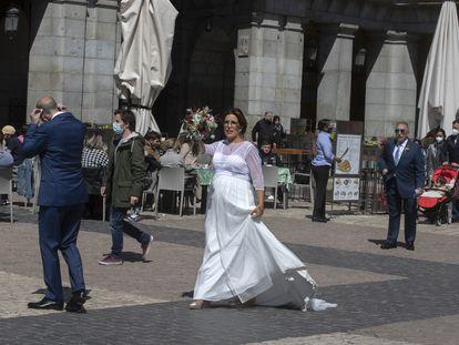 Una novia, en la plaza Mayor de Madrid, el pasado 17 de abril.