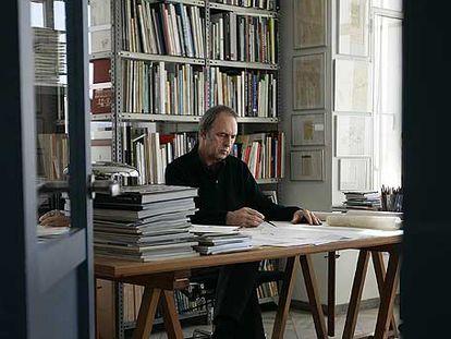 Guillermo Vázquez Consuegra, en su estudio de Sevilla.