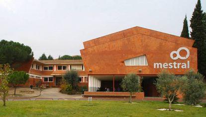 Exterior del colegio Mestral de Igualada.